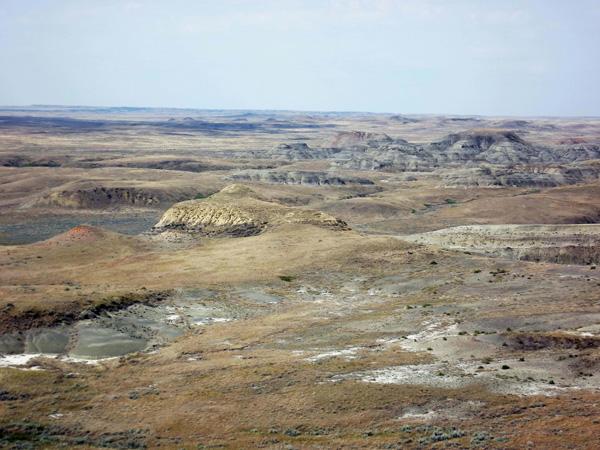 Une vue des badlands dans le bloc est du parc national des Prairies.