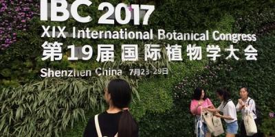Un grand mur couvert de plantes portant le nom du XIXe Congrès international de botanique 2017