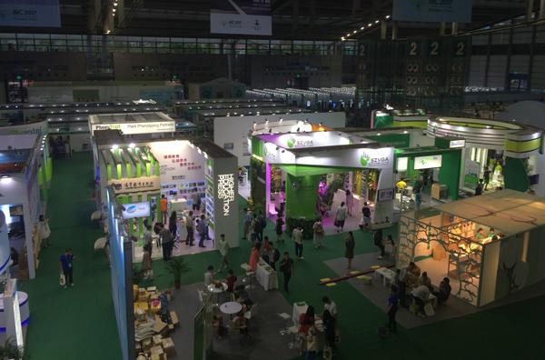 Une grande salle remplie d'expositions et de kiosques au XIXe Congrès international de botanique, dans la ville chinoise de Shenzhen.