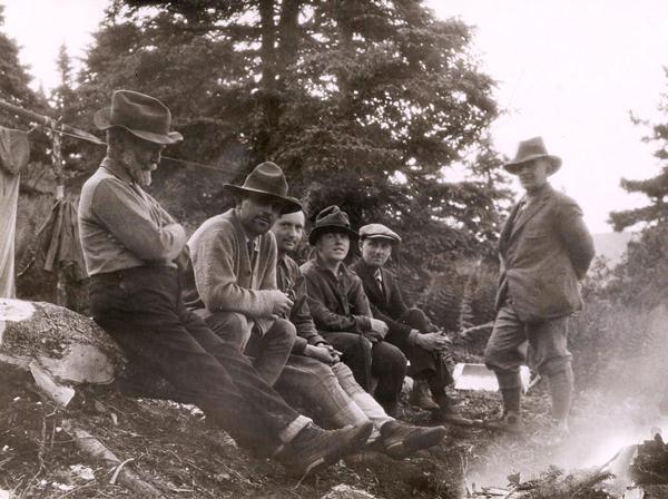 Un groupe de chercheurs pose dans un champ en 1923.