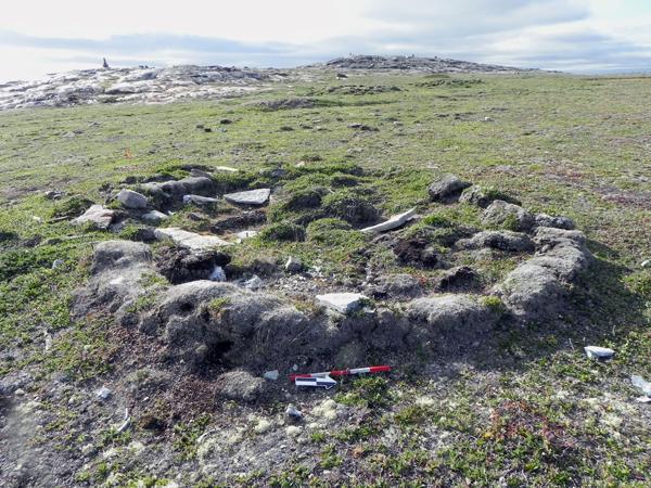 Photographie des vestiges archéologiques d'une maison d'hiver inuite.
