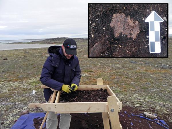 Photographies d'un archéologue en train de tamiser des sédiments et d'un artéfact en médaillon.