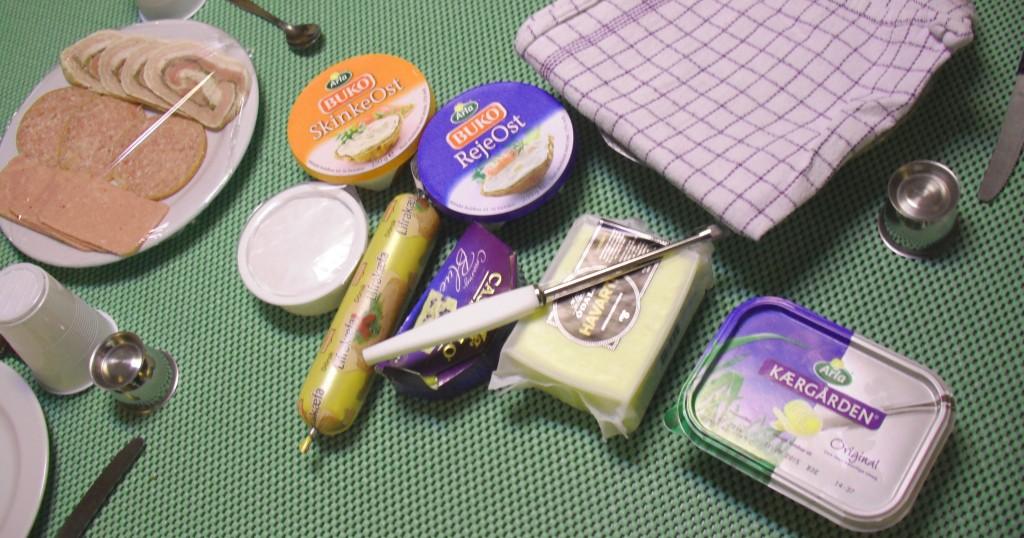 Une table dressée avec des aliments danois emballés.