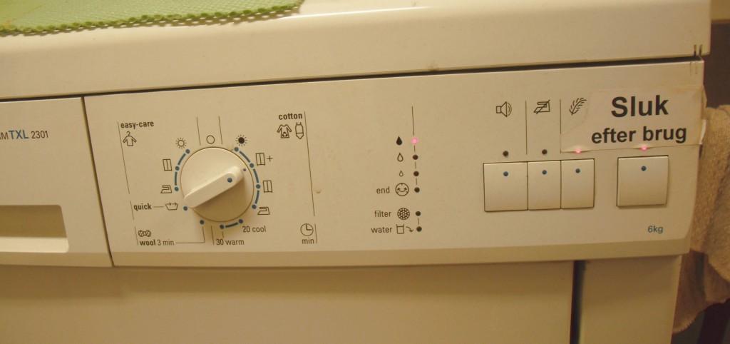 Le tableau de commande d'une machine à laver. Ce qui est écrit est en danois.