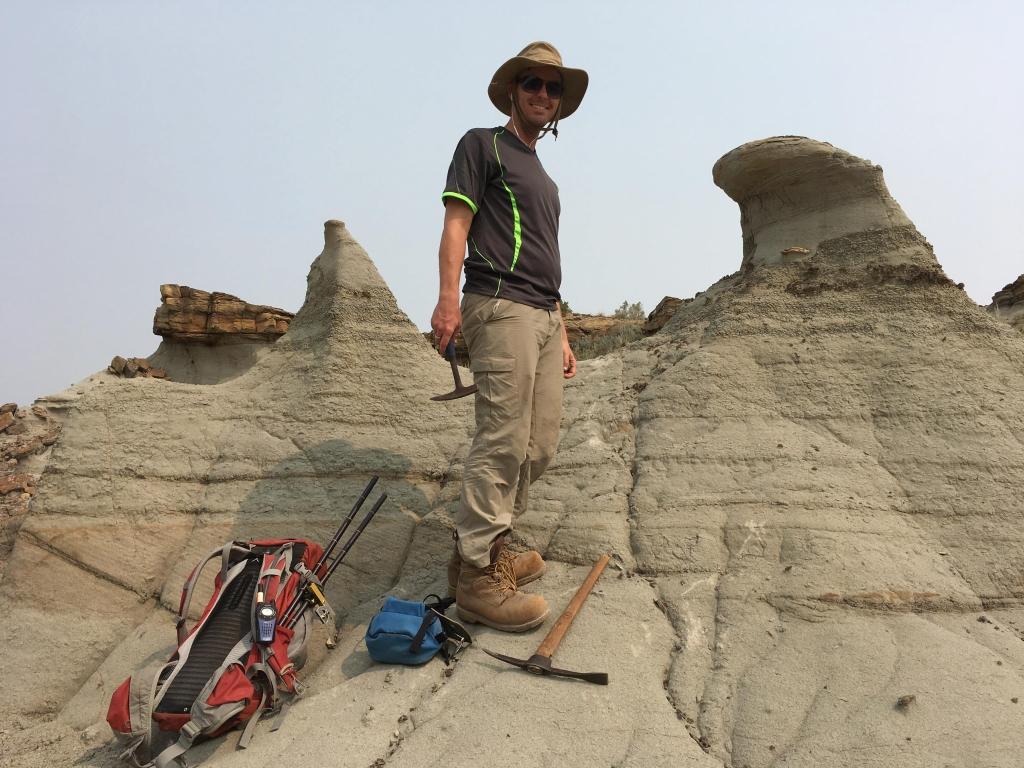 Photo d'un homme qui marche dans les badlands de l'Alberta.