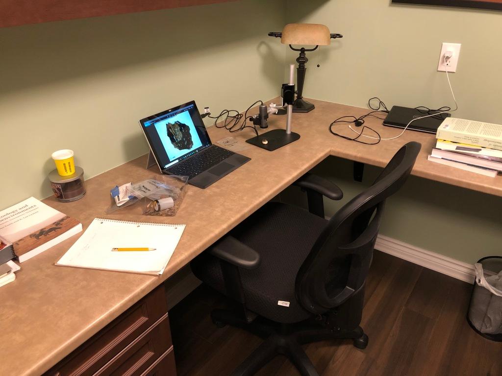 Photo d'un bureau équipé d'un ordinateur et d'un microscope.
