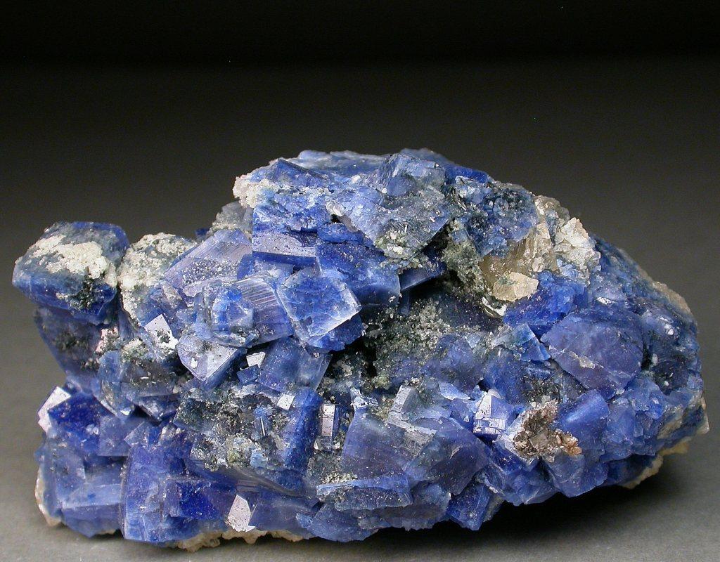 Agrégat de cristaux prismatiques bleu vif de carletonite.