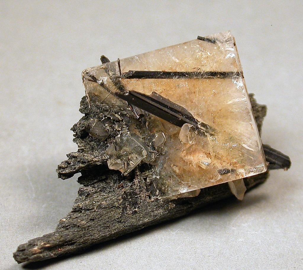 Cristal tabulaire jaune de leucophanite percé par de longs cristaux prismatiques noirs d'aegirine.