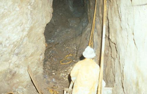 Un mineur travaille sous terre, dans des conditions difficiles, à la mine de spath fluor de St. Lawrence, vers 1970.