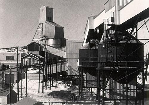 Photo du chevalement et du concentrateur de la mine Director, à la mine de spath fluor de St. Lawrence, prise vers 1960.