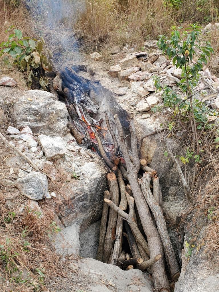 Des bûches sont brûlées dans une tranchée pour dilater la roche